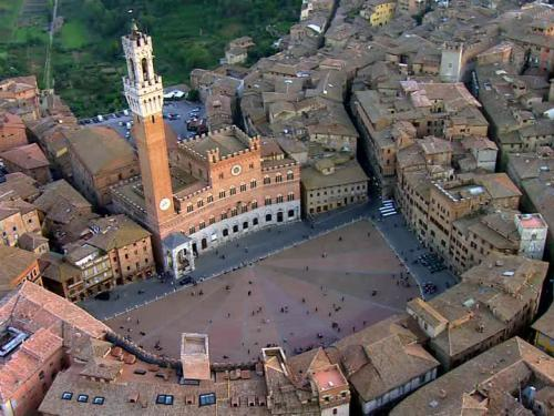 image of italian town from an aerial view to illustrate the UT faculty-led study abroad program Learning Tuscany.
